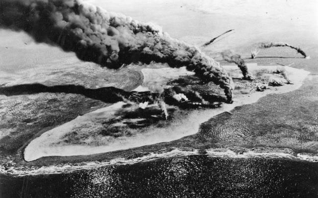 WWII - Midway, Bel Geddes' diorama, Midway Island under attack
